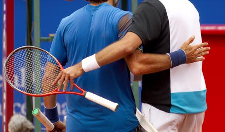 joueurs de tennis de dos, qui se congratulent